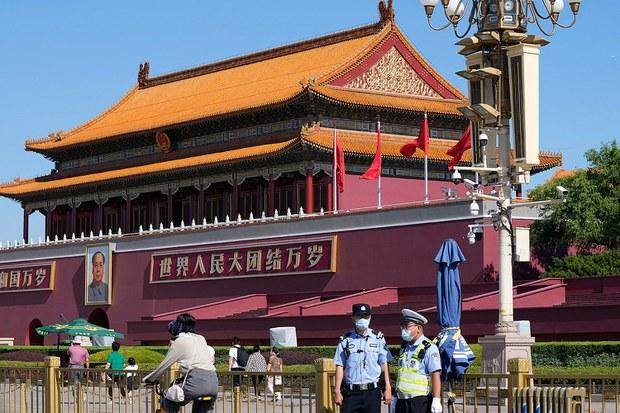 資料圖片:2021 年 6 月 4 日,中國警察在天安門附近執勤。