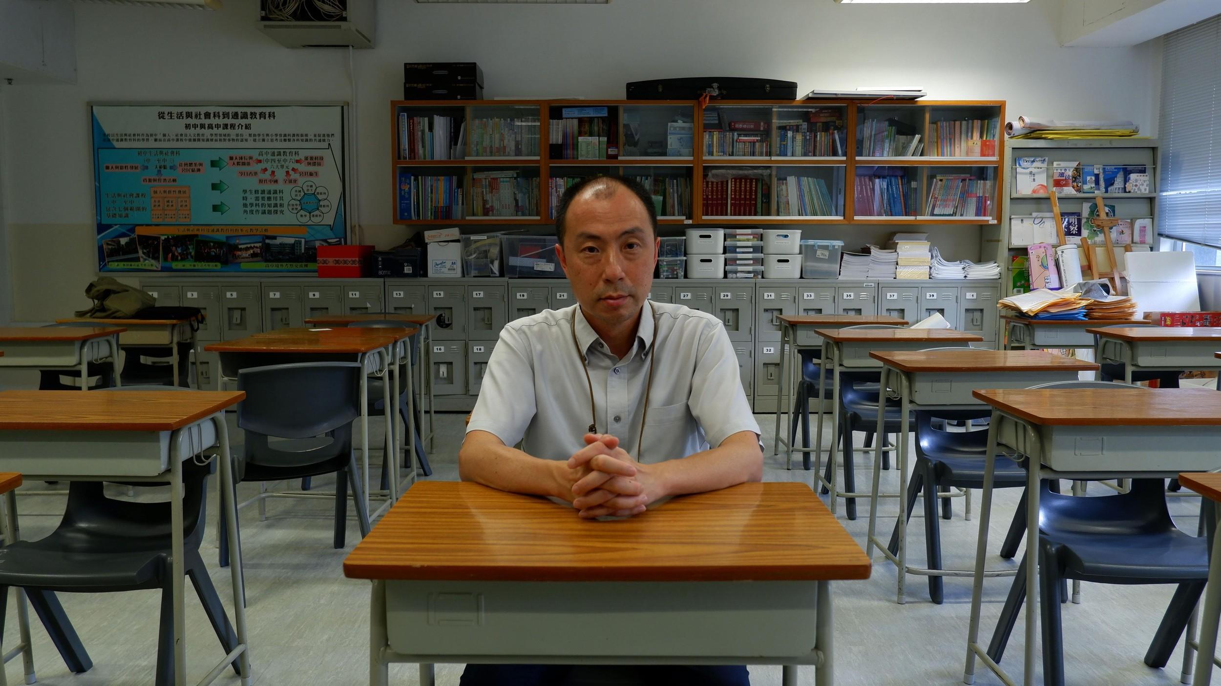 """图说:在香港书店""""中学补充教材""""架上的通识应试练习、参考书等(示意图,非经过审批的教科书)。(摄影/金蕊)"""