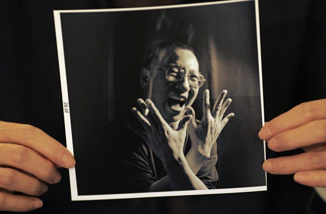 资料图片:「再见了!」,刘霞手中的刘晓波影像。(路透社)