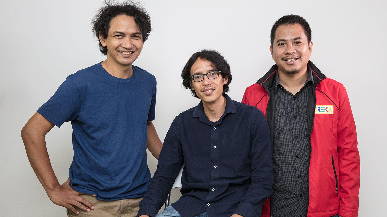 Siberkreasi创办人东尼(Donny B.U.,中)与团队。(摄影/吴逸骅)