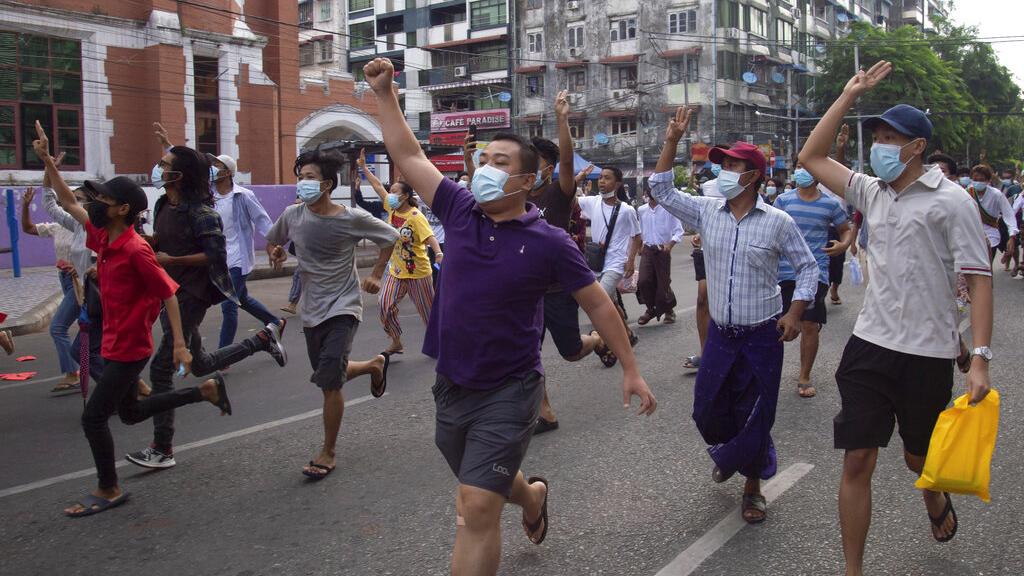 缅甸民众在街头抗议。(AP)