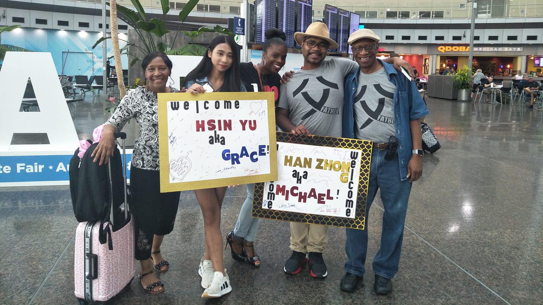 """等了40多年,穿着""""Father""""T-shirt的邱汉忠(右2)带着女儿,终于在美国与父亲(右1)见面。(照片提供/邱汉忠)"""