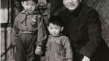 習仲勳與他的兩個兒子習近平(左)和習遠平(中)