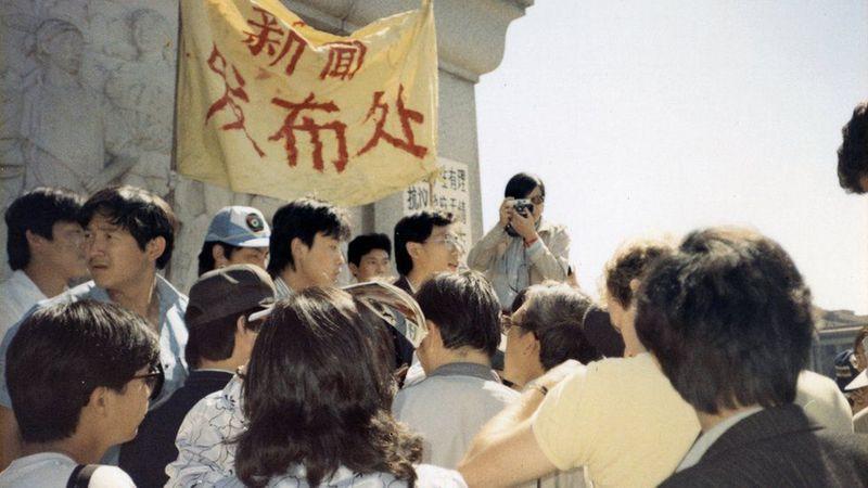 1989年5月13日,广场新闻发处发布学生绝食消息。(Public Domain)