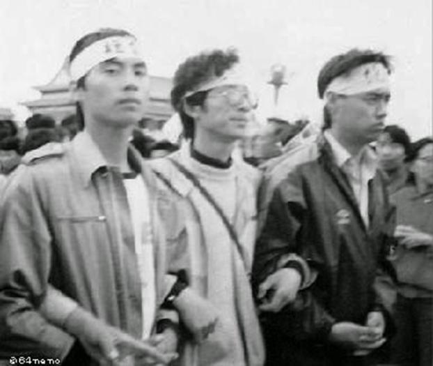 三位学生绝食发起人:左起王丹、马少方、吾尔开希。(Public Domain)