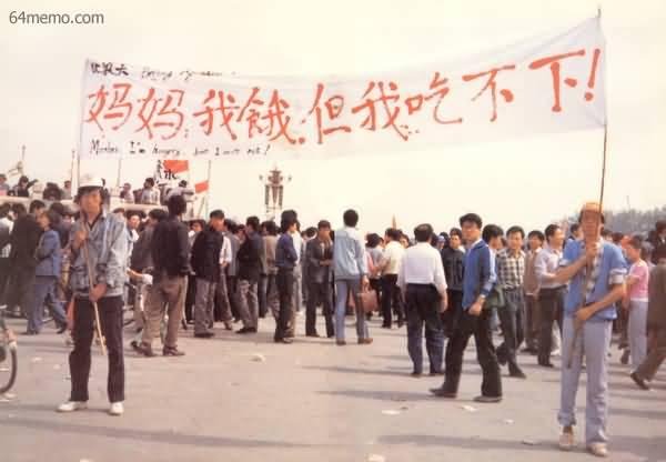 1989年5月北京绝食学生的标语和心声,牵动整个文明世界。(Public Domain)