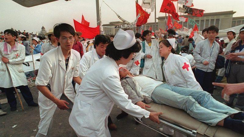 北明当年现场调查结果:绝食第5天,平均每50秒钟昏倒一名绝食学生。全北京各医院的医护人员义务组织现场救助。(Public Domain)