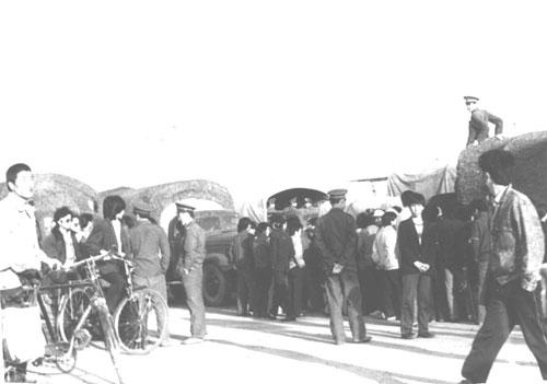 军人们终于走下车,与阻拦军车的人们交谈。(Public Domain)