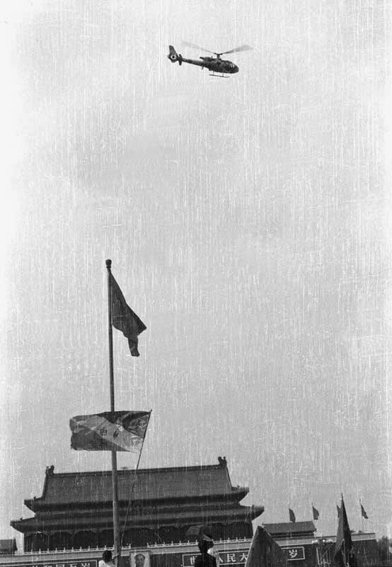 直升机在天安门广场巡逻、侦查、撒传单,夜间也空投士兵。(Public Domain)
