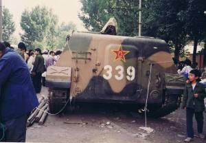 装甲车开进北京城要镇压手无缚鸡之力的学生娃,愤怒的百姓大开眼界!(Public Domain)