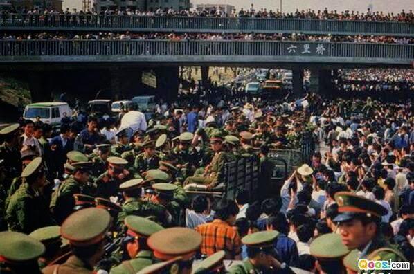"""军车进城,发现了更多的百姓义愤填膺。这跟他们接到的""""平息反革命暴乱""""的指示有些不同:全城人都是暴徒? (Public Domain)"""