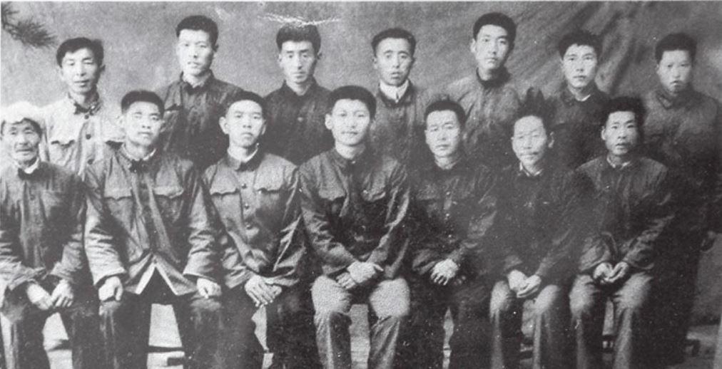 1975年陝西延安延川縣習近平插隊的梁家河人歡送習近平赴清華上大學合影。前排正中是習近平。(網絡圖片)