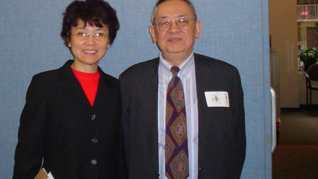 2005年12月12日余英時先生夫婦到訪自由亞洲電臺華盛頓總部。這是北明(左)與餘先生在總部合影。(北明提供)