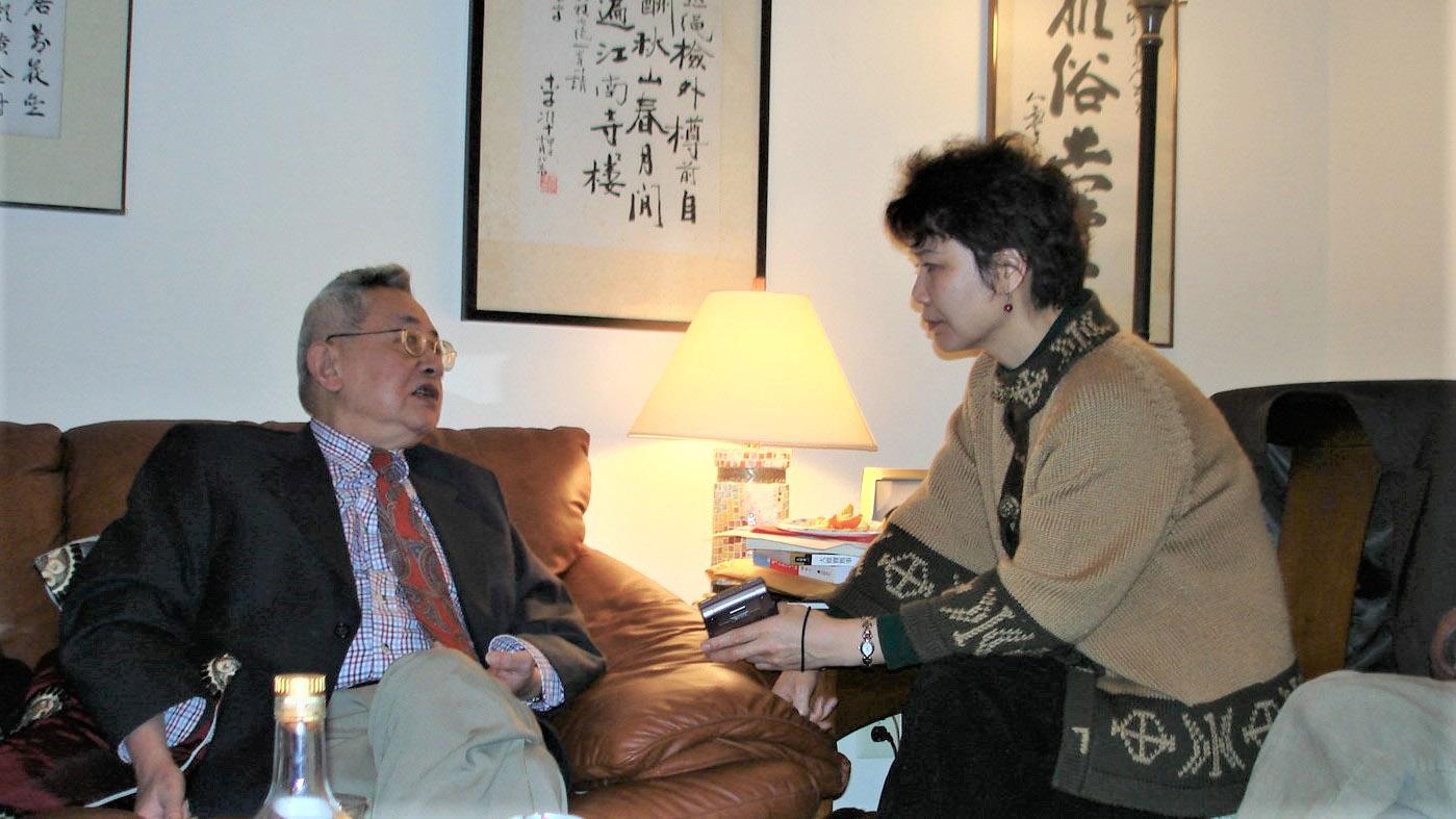 圖爲 餘英時先生(左)在與中國流亡知識人的小型座談會上回答北明提問。攝於2007年1月6日美國漢學家林培瑞(Perry Link)家中。(北明提供)
