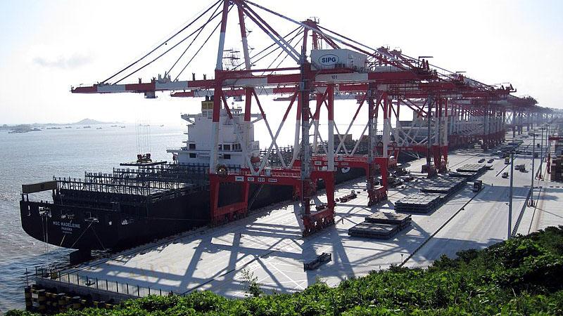 依託洋山深水港。陳良宇治下,上海港已發展爲世界第一大貨港以及世界第一大貨櫃港。圖片源自英文維基百科的Marqueed, CC BY 3.0