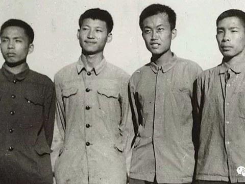 1973年上山下乡时期的习近平(左2)与陶海粟(右2)、雷平生(左1)、雷榕生(右1)。陶海粟是清华附中插队的学生,时任延川县团委书记,是习近平人生第一个伯乐。