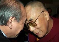 2009年5月5日西藏精神领袖达赖喇嘛和徐文立行碰头礼.jpg