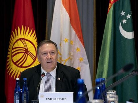"""卸任的美国国务卿蓬佩奥正式对外发表声明指出,中国政府在新疆地区关押上百万穆斯林民众,实行强迫劳役和强制的种族清洗等政策是""""种族灭绝""""行为,是""""反人类罪""""。"""