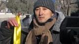 图片:杨立才向记者宣布自己要投案陪刘晓波坐牢(博讯网)