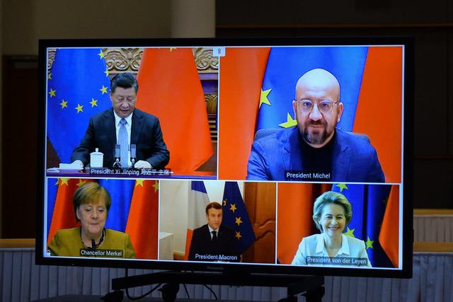 中国国家主席习近平12月30日晚在北京同德国总理默克尔、法国总统马克龙、欧洲理事会主席米歇尔、欧盟委员会主席冯德莱恩举行视频会晤。中欧领导人共同宣布如期完成中欧投资协定谈判。(法新社)