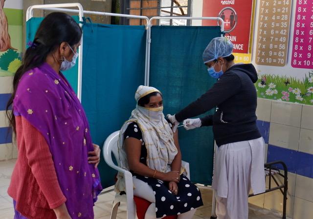 印度1月16日起展开全世界最大的疫苗接种计划,预计在未来几个月为3亿个印度人接种新冠疫苗。(路透社)