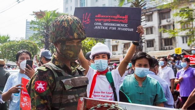 走上街头抗议的缅甸民众包括网红、艺人等各界不同领域,其中许多是年轻人。(路透)