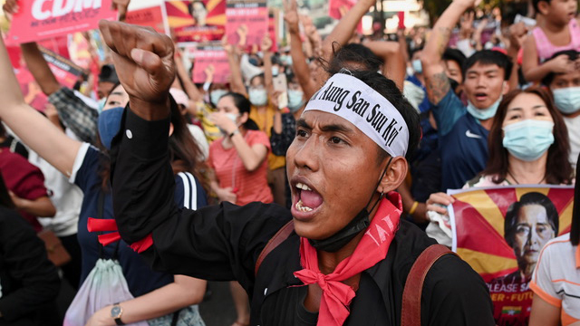 缅甸夜夜实施宵禁,并多次断网,若军方更强力控制言论审查,预料 将更造成军民对立。(路透)