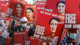 缅甸民众上街抗议,要求释放昂山素季,要求军方永远退出政治。(路透)