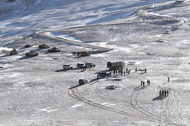 中印军队陆续在边境五处地点撤军。(法新社)