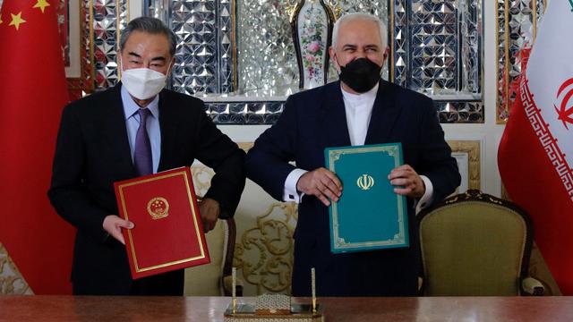 面对拜登多边外交,中国也积极拉拢东南亚和中东国家,王毅3月下旬访问中东六国,又邀请新加坡、马来西亚、印尼、菲律宾外长于3月31日至4月2日访问中国。图为王毅和伊朗签署一项25年的合作协议。(法新社)