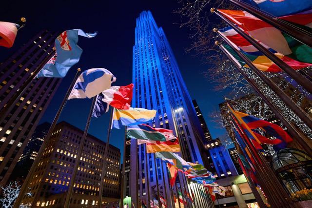 美国新冠肺炎确诊人数最多,纽约是重灾区。图为纽约洛克菲勒中心广场。(法新社)