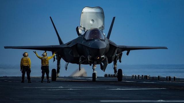 美利坚号搭载的F35B是具有匿踪设计的第五代战机,性能优于辽宁号搭载的歼15第四代战机。 (图片来自U.S. Pacific Fleet推特)