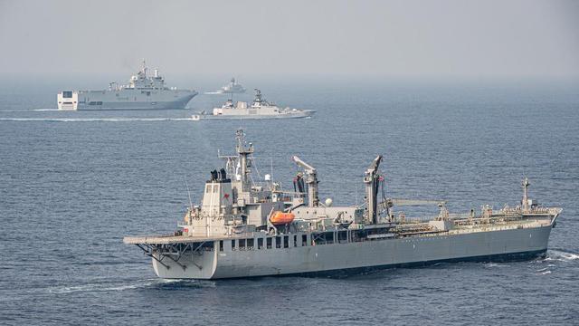 台海局势紧张,澳大利亚忧心被卷入战争。图为澳大利亚的舰队补给船与印度护卫舰和法国军舰一起演习。(取自澳大利亚国防部网站)