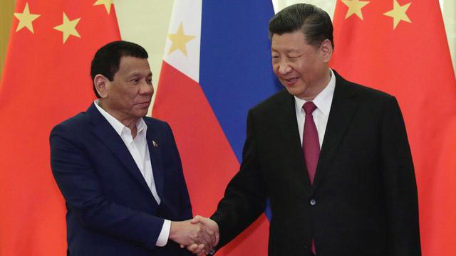 """第二届""""一带一路""""国际合作高峰论坛,中国国家主席习近平承诺投资菲律宾10亿人民币。图为菲律宾总统杜特尔特(左)和中国国家主席习近平。(法新社)"""