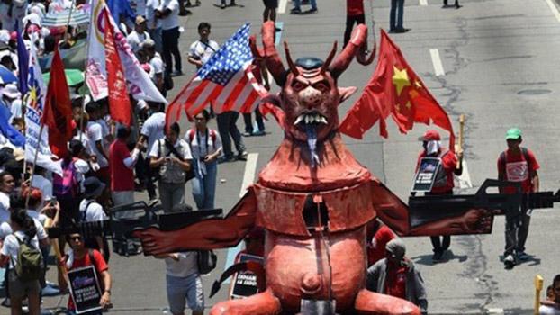 菲律宾民众在五月一日劳动节,推出象征菲律宾总统杜特尔特的人偶,抗议杜特尔特的劳工政策。最后,示威者焚烧了人偶。 (法新社)