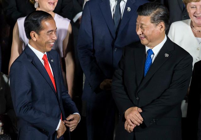 中国和印尼于5月8日举行海上联合演习。图为习近平与印尼总统佐科·维多多2019年见面的档案照片。(法新社)