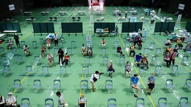 臺灣五月中爆發疫情,全民陷入恐慌,政府訂購的疫苗僅有一小部分到貨,目前僅限老人及一線防疫人員等類別施打疫苗。