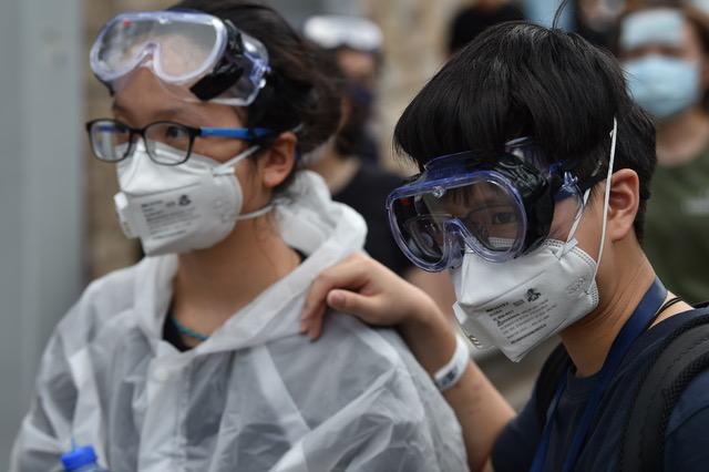 """眼罩和口罩是香港""""反送中""""示威者的标配,以便防范警察施放催泪弹和胡椒喷雾。(AFP)"""