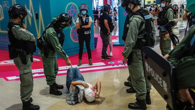 香港警察在一商场内执法,一位民众倒地。(法新社)
