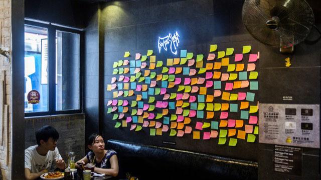 香港一家餐厅里的连侬墙贴满空白的便利贴,无言抗议《香港国安法》。(法新社)