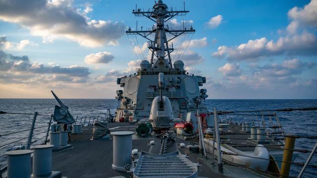 美军加强巡航南海,图为美军勃克级飞弹驱逐舰贝瑞号,此舰今年多次通过台湾海峡。(法新社)