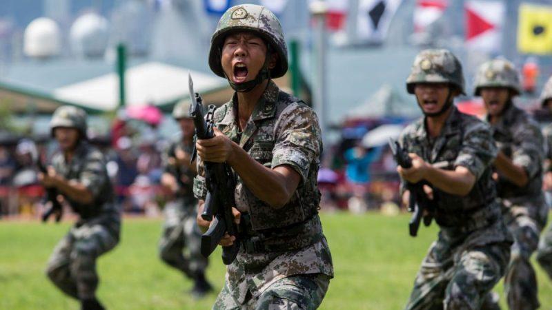 资料图片:2019年6月30日,香港昂船洲军营解放军进行军事演习。(法新社)