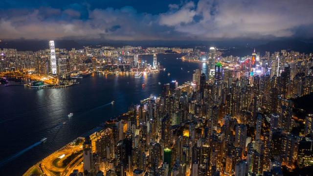 汪浩和蔡珠儿旅居香港近20年,感伤香港失去了自由,黄金年代褪色。(法新社)