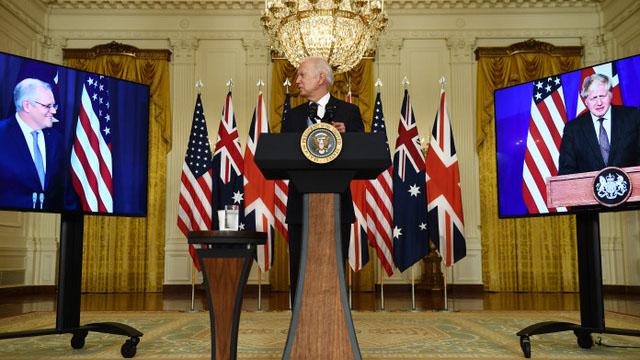 """美国、英国和澳大利亚组成""""澳英美三方安全伙伴""""AUKUS(奥库斯),开展防务和高科技合作,帮助澳大利亚发展核潜舰。(法新社)"""