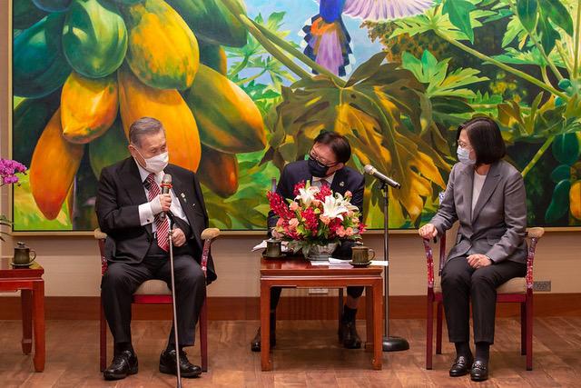 日本前首相森喜朗二度來臺弔唁李登輝,爲菅義偉傳話盼與蔡 英文通話。(總統府提供)