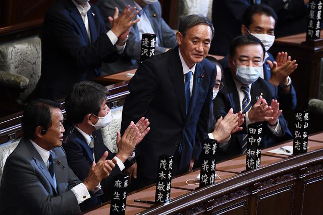 日本新首相菅義偉的內閣啓動,大多使用安倍晉三人馬,延續安倍政策。(法新社)