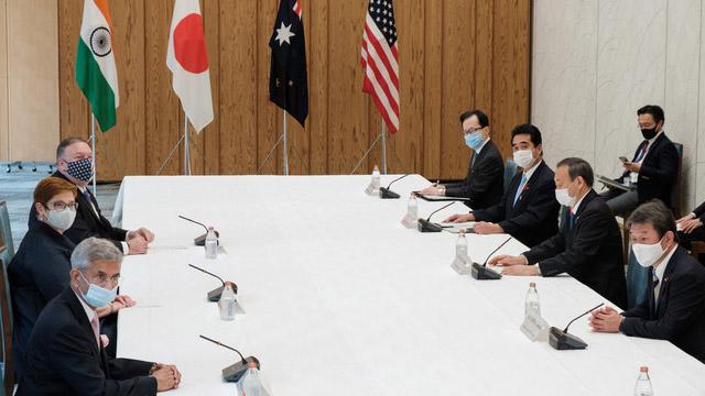 """蓬佩奥10月6日在东京和日本、澳大利亚与印度的外长举行四方安全对话(QUAD),建立安全框架,完成一个""""应对中国挑战的保障网"""",即所谓的""""亚洲小北约""""。(法新社)"""