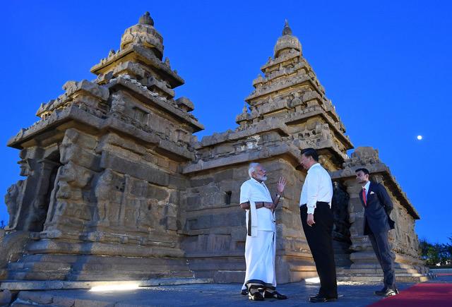 习近平访问印度,参观古迹。中印重大争议问题没有化解。(AFP PHOTO / PIB)