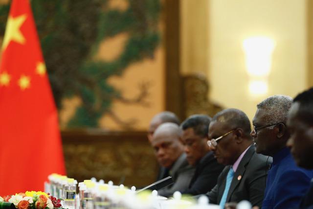 所罗门群岛总理索加瓦雷和习近平会谈。(法新社)