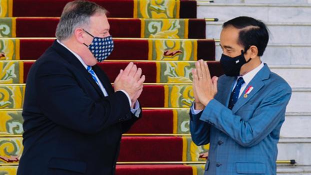蓬佩奥访问印度尼西亚和印度尼西亚总统佐科见面,蓬佩奥表示要在南海议题上合作,并强调宗教自由,鼓励为维吾尔人发声。(法新社)